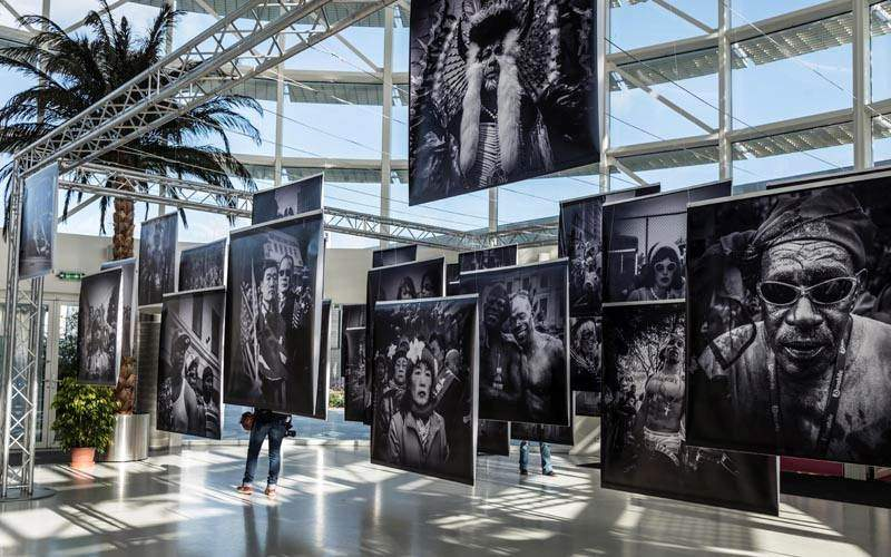 exposition photographique, bâche suspendue