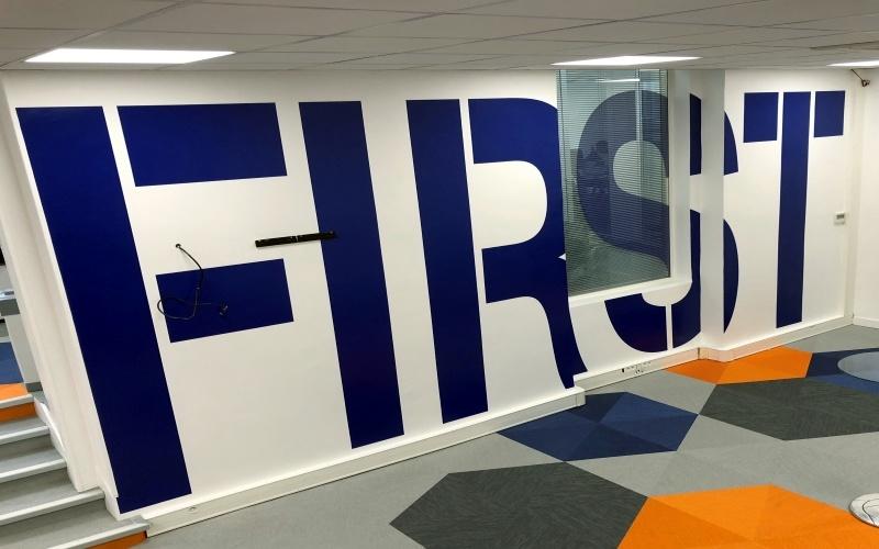 Décorationd e bureaux en vinyle adhésif PASàPAS-KPF lettres géantes